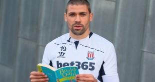 کتاب خواندن فوتبالیست