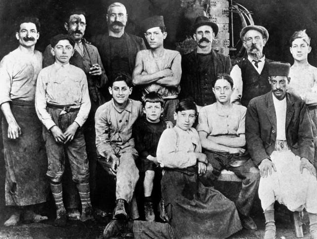 تصویر ۲: آلبر کاموی خردسال در کارگاه دایی اتین در لباس سیاه در وسط