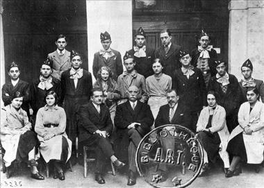 Classe de première supérieure préparant à Normale. Au second rang, au centre : Claude de Fréminville, dit Claude Terrien. Au troisième rang, second à partir de la droite : Albert Camus. Alger (Algérie), 1932-1933. RV-329664